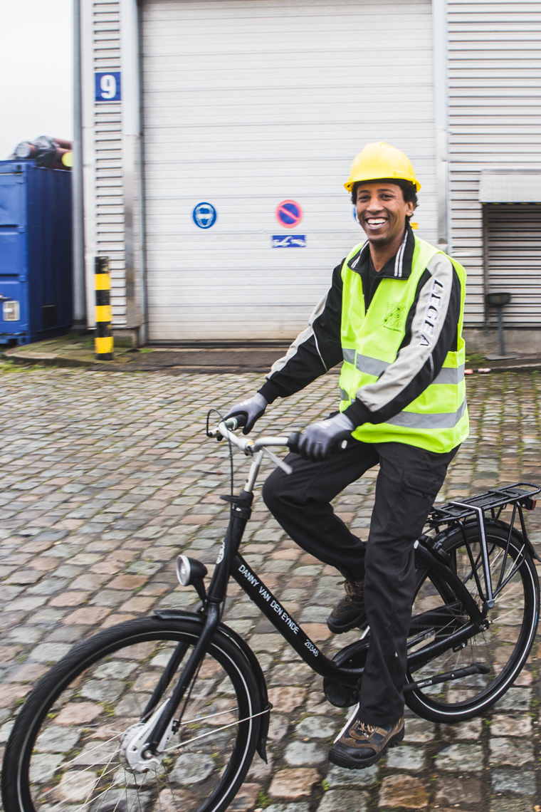 Levanto fiets met arbeider- foto Sacha Jennis
