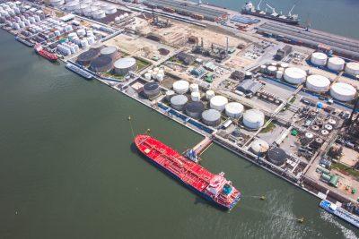 tankerschip aan kaai chemiebedrijf haven van antwerpen